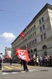 Nationaltag: Schwingflaggen vor der Schweizerbürger-Bank Stockfoto