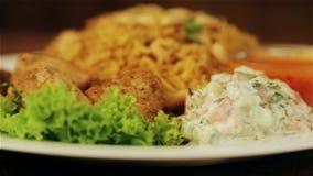 Nationell asiat- och arabiskakokkonst Maträtt av ris och kött Pilaff ris, risotto arkivfilmer