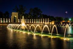 Nationell de minnes- springbrunnarna för världskrig II på natten på det Nat Royaltyfri Bild