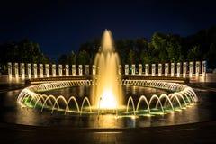 Nationell de minnes- springbrunnarna för världskrig II på natten på det Nat Arkivbilder