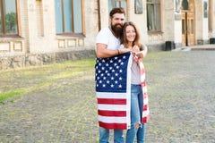 Nationell ferie Skäggigt fira för hipster och för flicka 4th juli Amerikansk tradition Amerikanskt patriotiskt folk royaltyfri foto