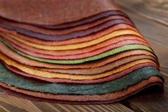Nationell georgisk söt maträtt - ark av degar på en trätabell royaltyfri fotografi
