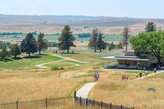 Nationell monument för Little Bighornslagfält, MONTANA, USA - JULI 18, 2017: Turister som besöker Custer Battlefield Museum och s royaltyfri bild