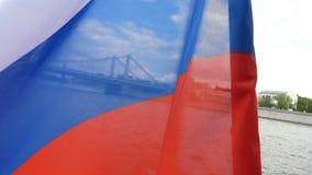 Nationell rysk flagga som vinkar över vatten stock video