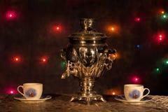 Nationell rysk tradition som dricker te från en samovar Arkivfoto