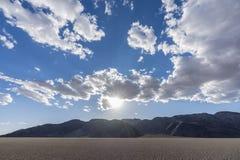 Nationell syltsodavatten för Mojave torr sjö med moln royaltyfria foton