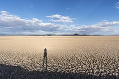 Nationell syltsodavatten för Mojave torr sjö med skugga royaltyfria foton
