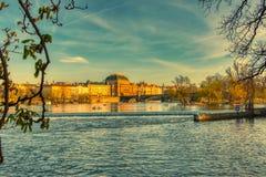 Nationell teater i Prague från den Vltava floden fotografering för bildbyråer