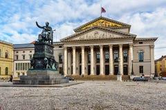 Nationell teater och monument Max-Joseph Denkmal p? denJoseph-Platz fyrkanten i Munich germany arkivbilder