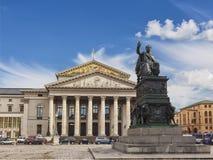 Nationell teater och staty av Maximilian I Joseph på biskopsstolen på den fyrkantiga Maximal-Josephen-Platz Munich Bayern Arkivfoton
