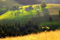 Nationell ukrainsk by av Carpathian berg, dröm- landsc Royaltyfri Bild