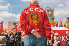 Nationella bolsjeviker, samman med kommunistpartisupportrar tar delen i en samla som markerar den Maj dagen Arkivfoton