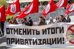 Nationella bolsjeviker, samman med kommunistpartisupportrar tar delen i en samla som markerar den Maj dagen i mitten av Moskva Royaltyfri Bild