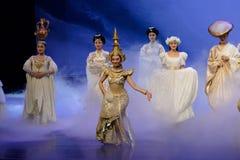 Nationella dräkter med särskiljande särdrag-person som tillhör en etnisk minoritet minoritet-epos dansar ` för prinsessa för dram arkivfoton
