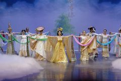 Nationella dräkter med särskiljande särdrag-person som tillhör en etnisk minoritet minoritet-epos dansar ` för prinsessa för dram royaltyfria bilder