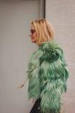 Nationella modeshower för kvinnayttersidadräkt som bygger för Milans Womens modeveckan 2014 Royaltyfri Fotografi