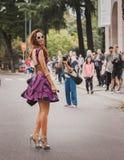 Nationella modeshower för kvinnayttersidadräkt som bygger för Milans Womens modeveckan 2014 Fotografering för Bildbyråer