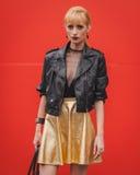 Nationella modeshower för kvinnayttersidadräkt som bygger för Milans Womens modeveckan 2014 Royaltyfri Bild