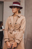 Nationella modeshower för kvinnayttersidadräkt som bygger för Milans Womens modeveckan 2014 Arkivfoton