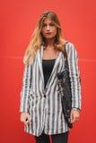 Nationella modeshower för kvinnayttersidadräkt som bygger för Milans Womens modeveckan 2014 Arkivbild