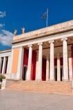 Nationellt arkeologiskt museum i Aten, Grekland. Kolonnad på Arkivbild