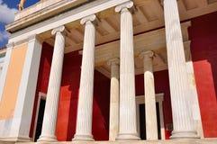Nationellt arkeologiskt museum i Aten, Grekland. Kolonnad på Royaltyfria Bilder