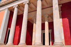 Nationellt arkeologiskt museum i Aten, Grekland. Kolonnad på Royaltyfri Bild