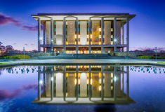 Nationellt arkiv av Australien, Canberra - på skymning Royaltyfri Foto