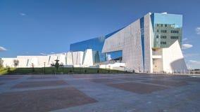 Nationellt museum av Republiken Kazakstan och hyperlapsen för timelapse för springbrunnSak krigare i Astana arkivfilmer