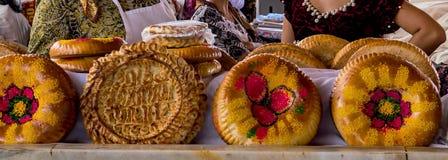 Nationellt uzbekbröd sålde i marknaden - Samarkand, Uzbekistan royaltyfri foto