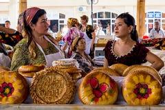 Nationellt uzbekbröd sålde i marknaden - Samarkand, Uzbekistan royaltyfria bilder