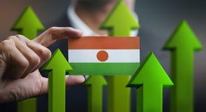 Nations-Wachstums-Konzept, grünen herauf Pfeile - Geschäftsmann Holding Car stockbilder