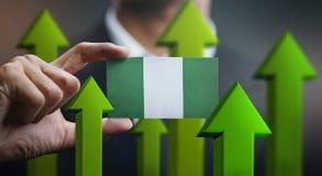Nations-Wachstums-Konzept, grünen herauf Pfeile - Geschäftsmann Holding Car lizenzfreies stockbild