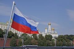 Nationsflagga av Ryssland mot broar av den Moskva floden och Kreml Royaltyfria Bilder