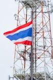 Nationsflagga av Thailand och telekommunikationtornet Arkivfoton