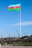 Nationsflaggafyrkanten är en stor stad kvadrerar av den Neftchiler avenyn i Baku En flagga som mäter 70 vid 35 metrar flugor på e Arkivbilder