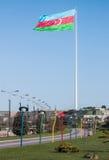 Nationsflaggafyrkanten är en stor stad kvadrerar av den Neftchiler avenyn i Baku En flagga som mäter 70 vid 35 metrar flugor på e Arkivbild