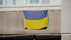 Nationsflaggan av Ukraina hängs på balkong av lägenheten arkivfilmer