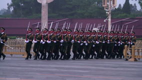 Nationsflaggavakt av hedern i den Tiananmen fyrkanten på skymning HD