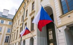 Nationsflaggor av Tjeckien på fasaden av den regerings- byggnaden i Prague Royaltyfri Bild