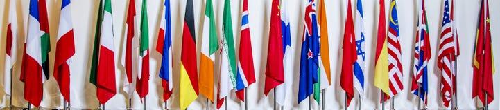Nationsflaggor i en konferensmitt av Peking Arkivfoton