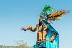 Native American-Mens die Traditionele Dans uitvoeren 2019 Chumash Dag Powwow en het Intertribal Verzamelen zich in Malibu, CA royalty-vrije stock afbeeldingen