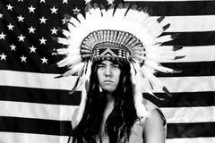 Native American tegen de achtergrond van de vlag van de V.S. stock fotografie