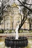 Natività ortodossa della cattedrale di Cristo Riga, in Lettonia e fontana antica nella priorità alta Fotografia Stock Libera da Diritti