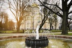 Natività ortodossa della cattedrale di Cristo Riga, in Lettonia e fontana antica nella priorità alta Fotografie Stock Libere da Diritti