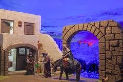 Nativityscène van Kerstmis Het onderzoek van Mary en van Joseph naar een plaats t stock afbeelding