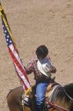 Nativo americano com a bandeira americana na cerimônia de inauguração do rodeio indiano intertribal, Gallup, nanômetro imagens de stock
