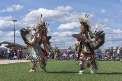 Nativos americanos de oposición en la danza del powwow Imagen de archivo libre de regalías