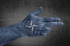 Nato flaga malował na męskiej ręce jak pistolet zdjęcia stock