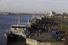 NATO-krigsskepp i floden som namnges Daugava Arkivbild